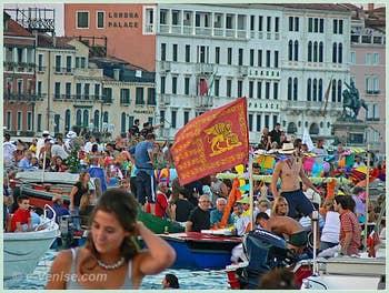 Fête du Redentore à Venise - La foule des bateaux des Vénitiens sur le Bassin de Saint-Marc.