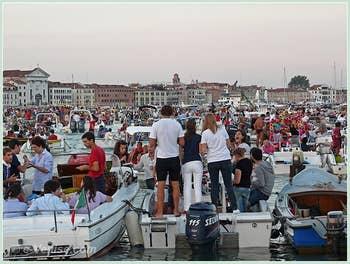Fête du Redentore à Venise - Les ballons et lampions des bateaux vénitiens pour la fête du Rédempteur.