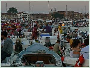 Fête du Redentore à Venise - Le soir commence à tomber, le repas sur les bateaux commence !