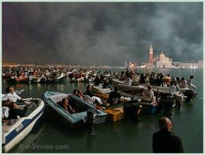 Les spectateurs pendant le Feu d'Artifice de la Fête du Redentore à Venise