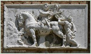 Sculpture représentant Saint Martin en train de couper son manteau en deux. Campo de la Madona de l'Orto à Venise