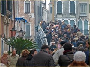 Le pont votif de la Fête de la Salute qui traverse le Grand Canal de Venise