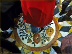 Communion et prière en se plaçant au centre de la mosaïque sacrée de l'église de la Madona de la Salute à Venise
