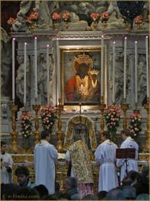 L'icône de la Vierge noire au-dessus du maître autel dans l'église de la Madona de la Salute à Venise
