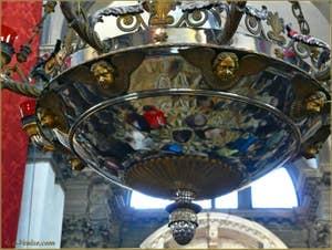 Détail du lustre qui se trouve au centre de la coupole de l'église de la Madona de la Salute à Venise