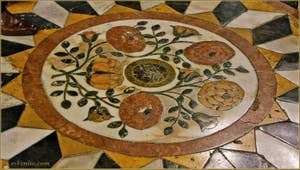 La très belle mosaïque de marbres de couleurs de l'église de la Madona de la Salute à Venise