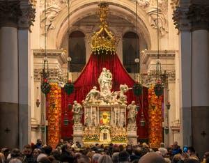 Le maître autel de l'église de la Salute pendant la cérémonie religieuse de la fête de la Madona de la Salute à Venise
