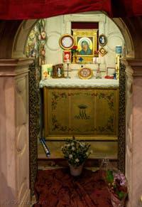 Ex-voto et offrandes derrière l'autel et l'icone de la Vierge noire à l'église de la Madonna de la Salute à Venise