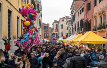 Ballons et friandises pour les petits Véntiens lors de la fête de la Madonna della Salute à Venise