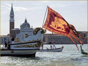 La fête de la Sensa à Venise, le Gonfalone, le drapeau de Saint-Marc sur la Serenissima devant le Campanile de San Giorgio Maggiore