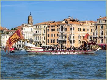 La fête de la Sensa à Venise, la Serenissima à 18 rameurs sur le Grand Canal