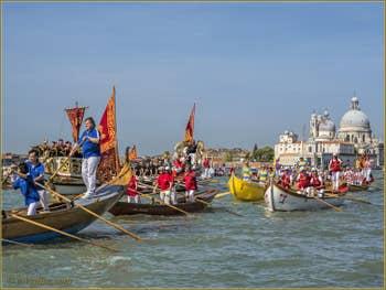 La fête de la Sensa à Venise sur le bassin de Saint-Marc devant la Dogana da Mar et l'église de la Salute