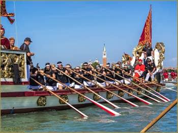 La fête de la Sensa à Venise, les rameuses de la Remiera Cannaregio sur la Serenissima