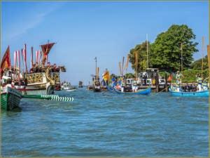 La fête de la Sensa à Venise, l'Alzaremi, la levée des rames en réponse au salut des cadets de l'école militaire navale Morosini