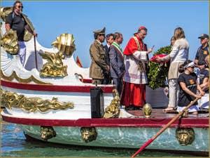 La fête de la Sensa à Venise, la bénédiction de l'anneau d'or par le Patriarche de Venise, Monseigneur Moravia