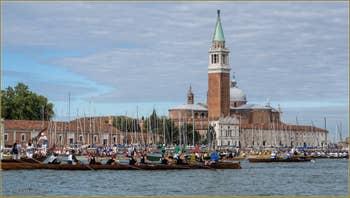La Vogalonga sur le Bassin de Saint-Marc, devant le Campanile de San Giorgio à Venise