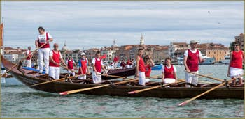 Vogalonga Venise : Le gondolone à 10 rameurs de la Remiera Francescana