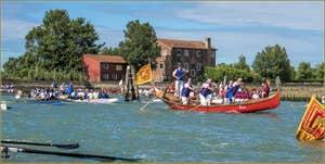 La Vogalonga le long de l'île de Sant'Erasmo, dans la lagune Nord de Venise