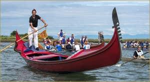 La Vogalonga au passage de l'île de Sant' Erasmo, dans la lagune Nord de Venise