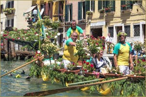 Vogalonga Venise : La Caorlina fleurie de la Remiera Cavallino sur le Canal de Cannaregio