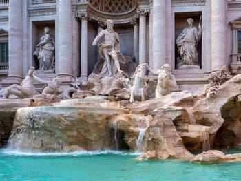 La fontaine de Trevi à Rome en Italie avec les statues de l'Abondance et de la Santé encadrant Neptune, roi de l'océan perché sur son char en forme de coquille tiré par les chevaux marins ailés et les Tritons