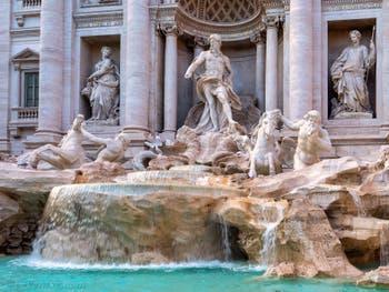 La fontaine de Trevi à Rome en Italie avec les statues de l'Abondance, de la Santé et de Neptune avec les chevaux ailés et les Tritons