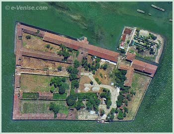L'île du Lazzaretto Vecchio à Venise, en face de l'île du Lido