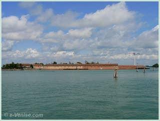 L'île du Lazzaretto Vecchio, où l'on traitait les pestiférés, en face de l'île du Lido à Venise