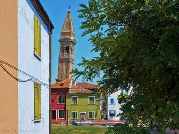 Campanile penché de l'église San Martino Vescovo sur l'île de Burano à Venise