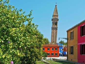 Le Campanile penché de l'église San Martino sur l'île de Burano à Venise