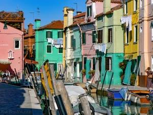 Les couleurs des maisons de la Fondamenta de Cao Molecca sur l'île de Burano à Venise