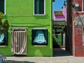 Vert pomme et rose fuschia, les couleurs de l'île de Burano à Venise