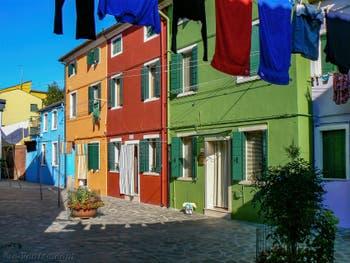 Maisons et lessive de toutes les couleurs sur l'île de Burano à Venise