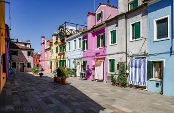Couleurs vives et pastel des maisons de l'île de Burano à Venise