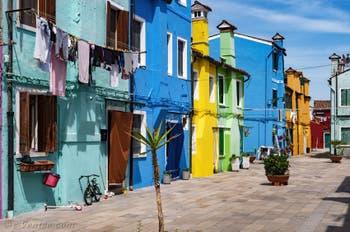 Les couleurs et l'art de rue des maisons de l'île de Burano à Venise