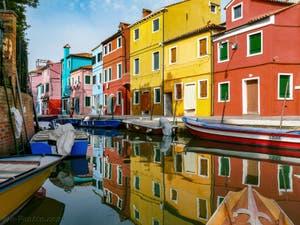 Reflets et couleurs des maisons de Burano sur le Rio et le long de la Fondamenta Terranova à Burano à Venise