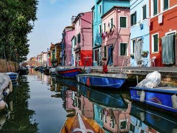 Les couleurs des reflets et des maisons du Rio et de la Fondamenta de Terranova sur l'île de Burano à Venise