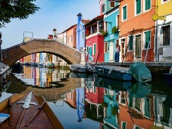 Les reflets du Rio de Terranova sur l'île de Burano à Venise