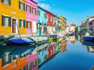 Reflets et couleurs des maisons de l'île de Burano à Venise, sur le Rio et le long de la Fondamenta San Mauro Cavanella