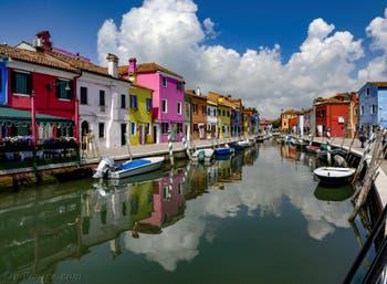 Couleurs et reflets sur le Rio de la Giudecca et de la Fondamenta Pescheria sur l'île de Burano à Venise