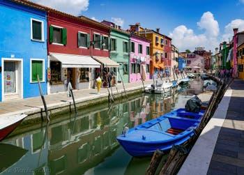 Les reflets du Rio San Mauro Cavanella sur l'île de Burano à Venise