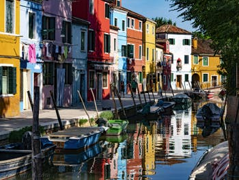 Couleurs et reflets sur l'île de Burano à Venise, sur le Rio et la Fondamenta de Terranova