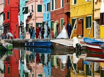 Couple de jeunes mariés sur la Fondamenta de Terranova dans les couleurs de l'île de Burano à Venise