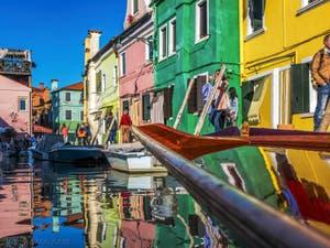 Couleurs et reflets Rio de San Mauro et Fondamenta de Cao Molecca sur l'île de Burano à Venise