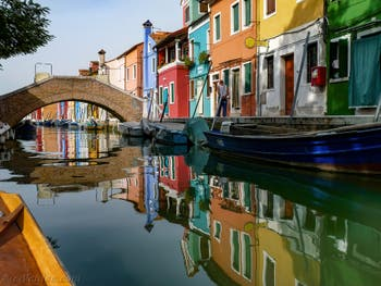 Les couleurs des reflets du Rio de Terranova sur l'île de Burano à Venise