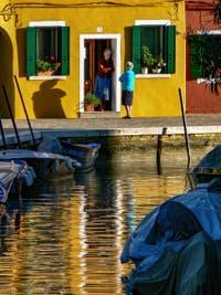 La vie tranquille des habitants de l'île de Burano à Venise, couleurs et reflets sur le Rio et la Fondamenta Terranova