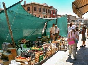 Le bateau de vente de fruits et légumes du Rio dei Vetrai sur l'île de Murano à Venise