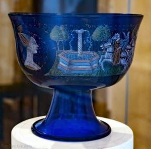 Coupe de mariage d'Angelo Barovier, dernier quart du XVe siècle en verre bleu émaillé avec des émaux polychromes et or fondu, musée du verre de Murano à Venise