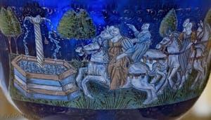 Coupe nuptiale d'Angelo Barovier, dernier quart du XVe siècle en verre bleu émaillé avec des émaux polychromes et or fondu, musée du verre de Murano à Venise