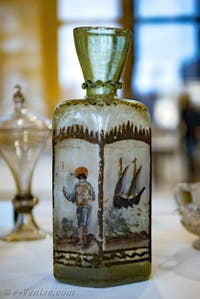 Flacon du XVIIe siècle avec des émaux polychromes, au musée du verre de l'île de Murano à Venise